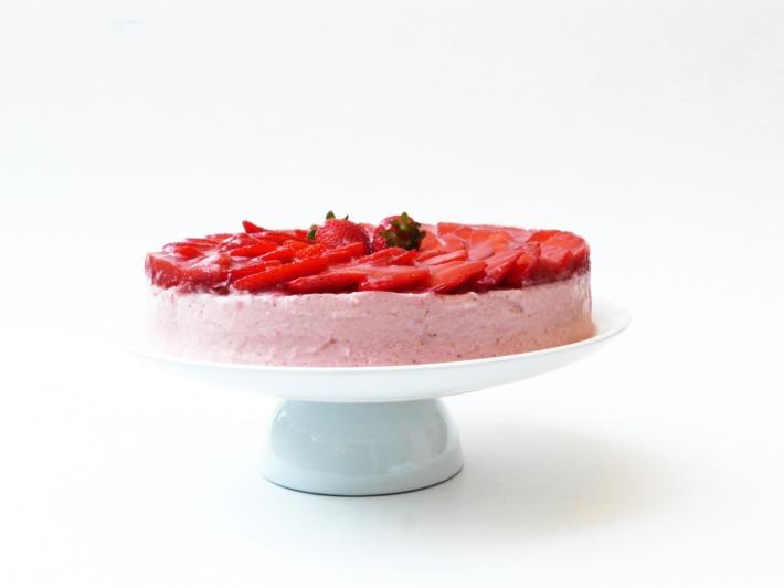 http://lacucharazul.wordpress.com/2014/05/16/tarta-mousse-de-fresa-y-nata/