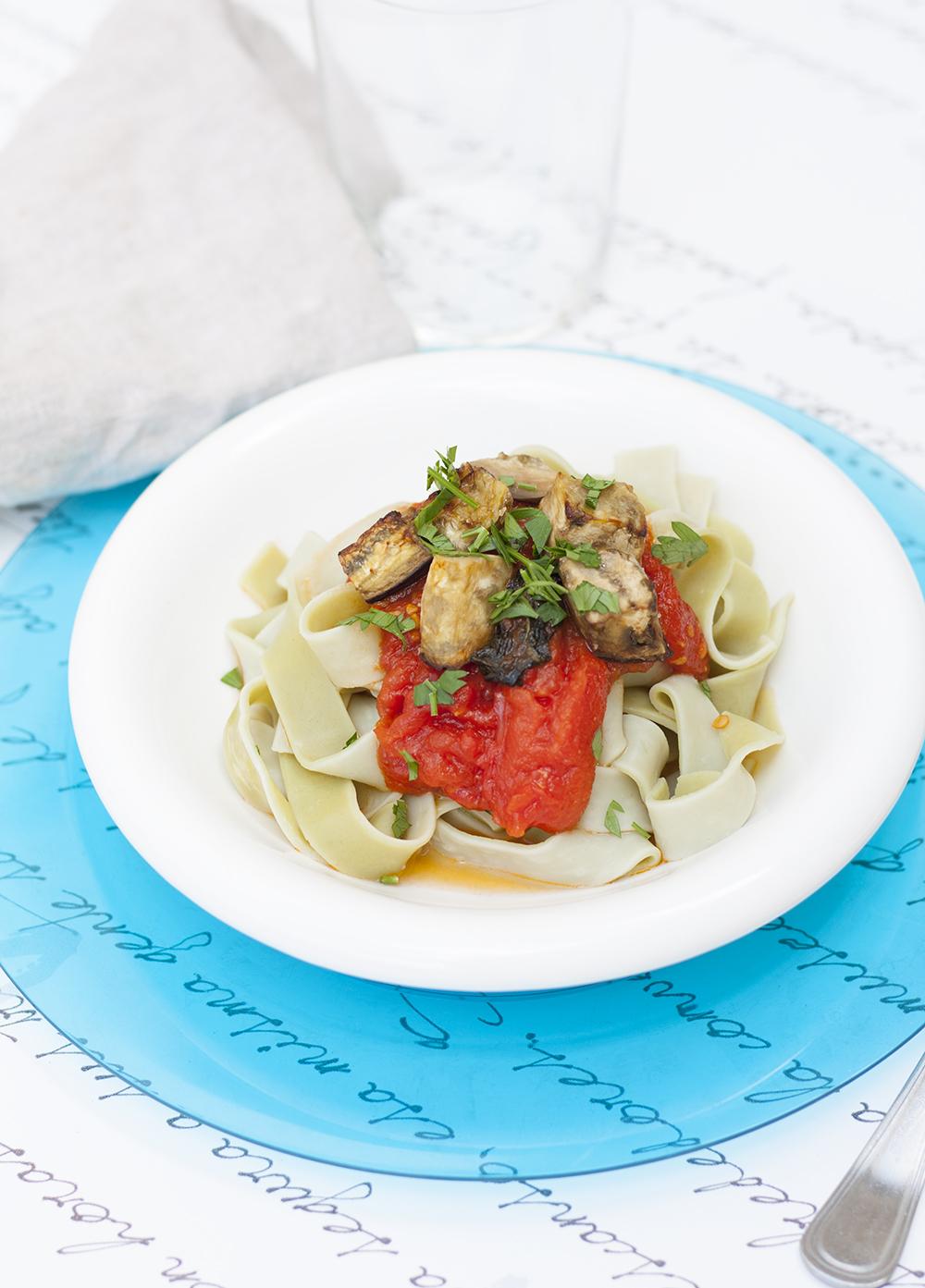 Pappardelle con salsa de tomate y berenjena asada - Petra Mora