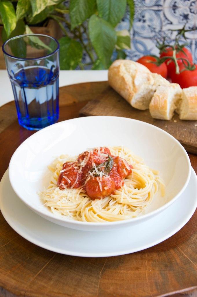 albóndigas con tomate con espagueti