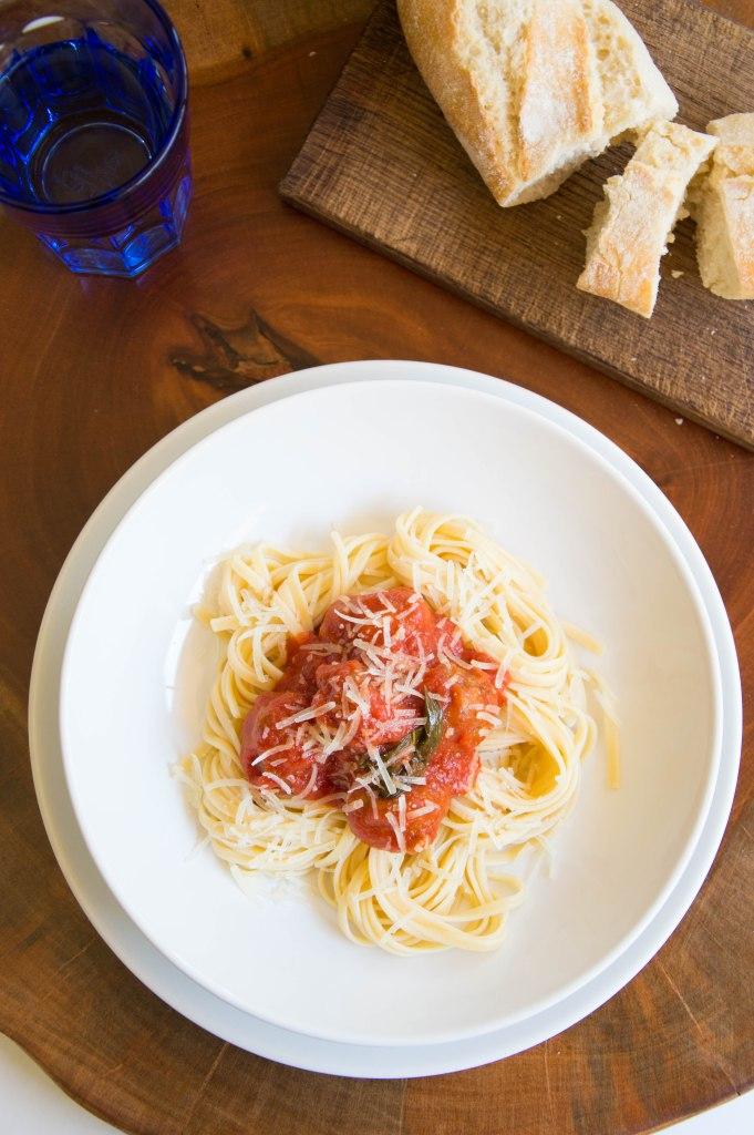espagueti con albóndigas con tomate