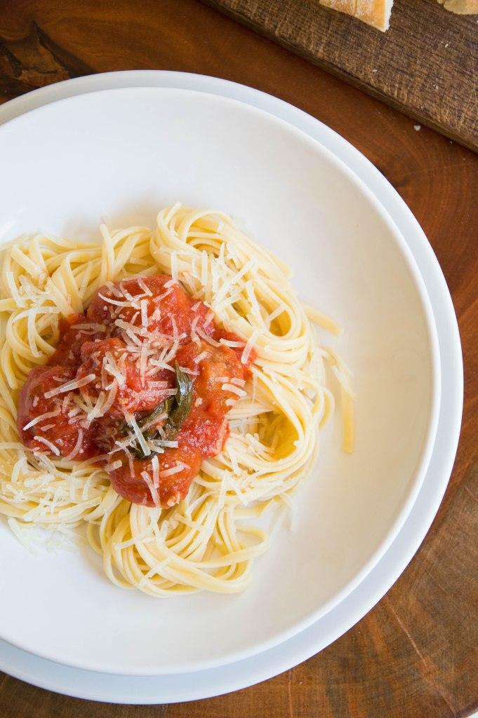 espagueti con albóndigas con tomate emplatado