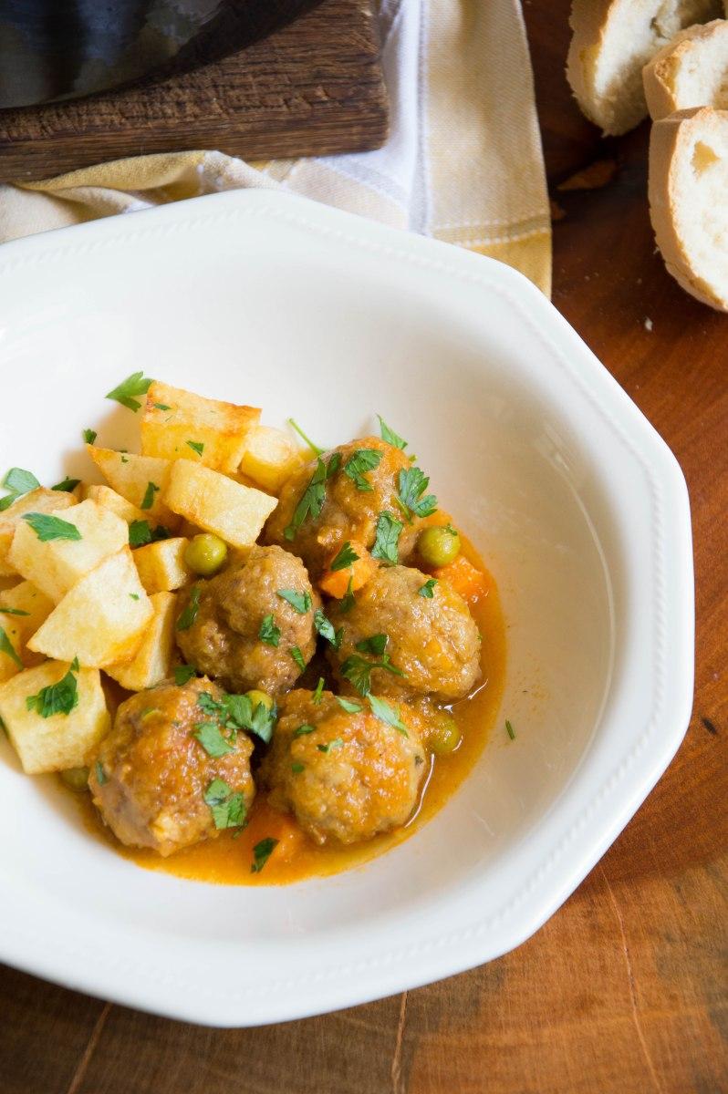 Albóndigas en salsa con patatas fritas | La cuchara azul